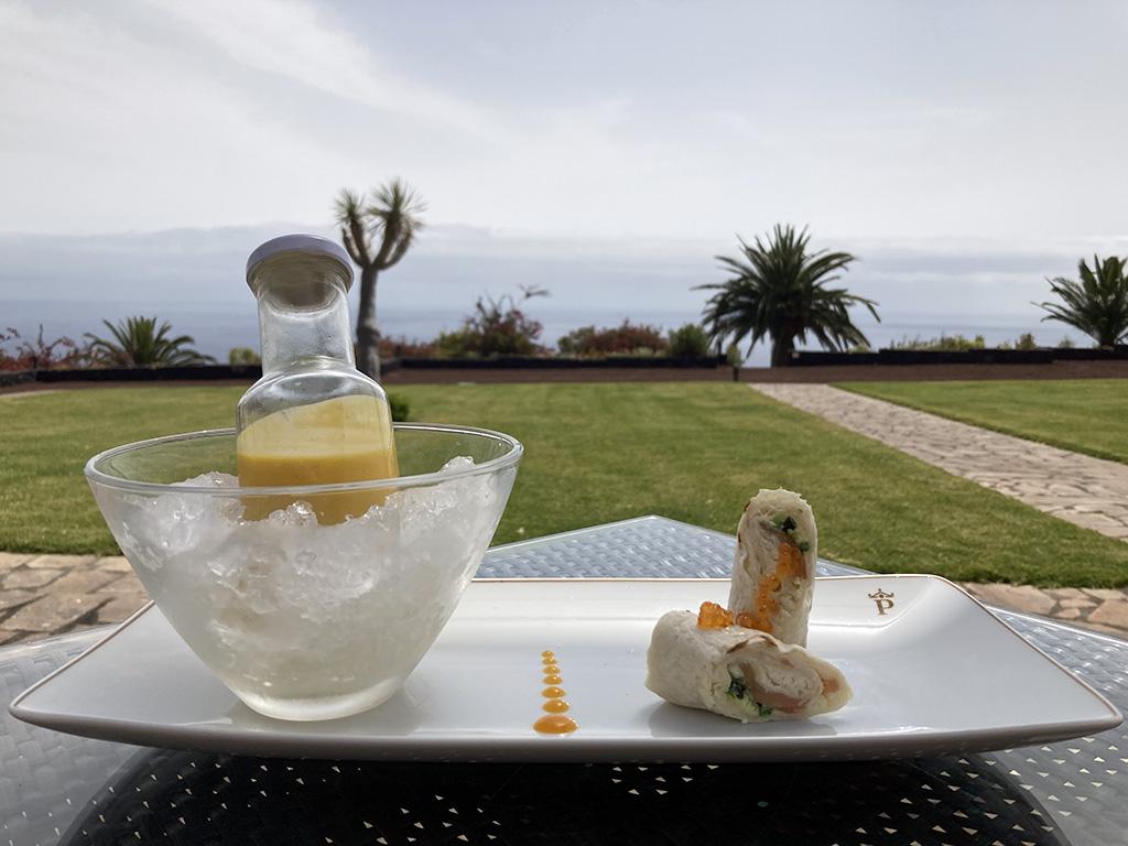 salmorejo cremoso de mangos isleños, entre pan de algas, salmón y pasta de queso fresco ahumado